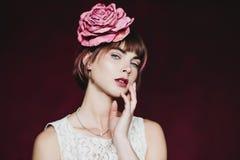 Красивая молодая женщина с цветком в их волосах Стоковая Фотография RF
