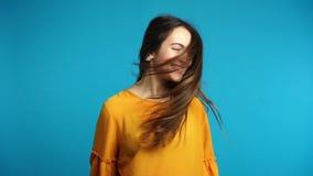 Красивая молодая женщина тряся голову с длинными волосами в замедленном движении сток-видео