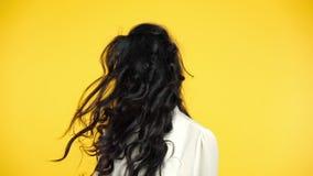 Красивая молодая женщина тряся голову с длинными волосами в замедленном движении акции видеоматериалы