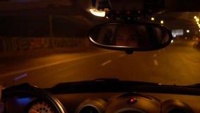 Красивая молодая женщина управляет автомобилем на шоссе и подмигивает через зеркало заднего вида видеоматериал