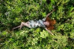 Красивая молодая жизненно важная сексуальная женщина наслаждаясь в природе в свежем воздухе утеха Свобода Счастье Похоть поднимае стоковое фото