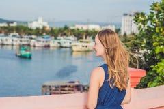 Красивая молодая жизнерадостная женщина на фоне моря и въетнамских шлюпок Стоковое Изображение