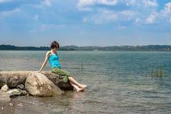 Красивая молодая кавказская женщина охлаждая в озере на летний день в Sapanca, Турции стоковое фото rf