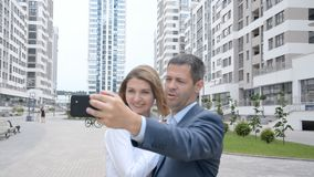 Красивая молодая команда женщины бизнесмена в городе вне усмехаться в selfies акции видеоматериалы