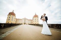 Красивая молодая невеста и красивый groom танцуя outdoors около старого особняка на заходе солнца Стоковое фото RF