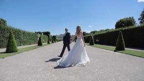 Красивая молодая невеста с ее красивым холит идти в бельведер дворца акции видеоматериалы