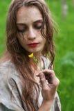 Красивая молодая пакостная сумашедшая и маниакальная смотря девушка нося сорванный cl стоковое изображение rf