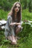 Красивая молодая пакостная сумашедшая и маниакальная смотря девушка нося сорванный cl стоковое фото rf