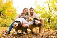 Красивая молодая семья на прогулке в лесе осени стоковые изображения rf