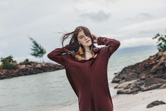 Красивая молодая стильная женщина на пляже стоковые изображения rf