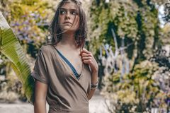 Красивая молодая стильная женщина на тропической предпосылке стоковые фотографии rf