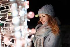 Красивая молодая счастливая женщина усмехаясь в связанной винтажной шляпе стоковые изображения rf