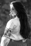Красивая молодая украинская девушка в национальном костюме Девушка с красивым появлением у древесины на природе Портрет beautif стоковое фото