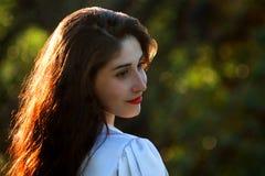 Красивая молодая украинская девушка в национальном костюме Девушка с красивым появлением у древесины на природе Портрет стоковое изображение