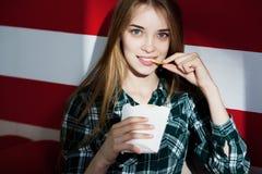 Красивая молодая усмехаясь девушка есть фраи француза стоковые фото