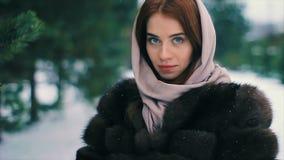Красивая молодая успешная девушка держит золотое bitcoin в зиме рук акции видеоматериалы