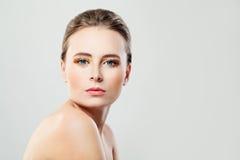 Красивая модельная женщина с здоровой кожей стоковое фото