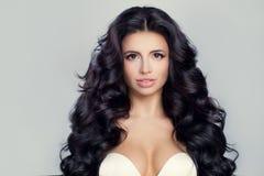Красивая модельная женщина с курчавым стилем причёсок кожа куртки девушки брюнет Стоковое Изображение RF