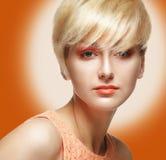 Красивая модельная сторона женщины с оранжевым составом Стоковое Изображение RF