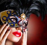 Красивая модель в маске масленицы Стоковое Фото