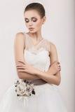 Красивая модель девушки в форме невесты в ее платье свадьбы Сторона красотки Стоковые Фотографии RF