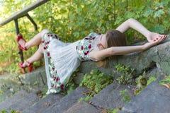 Красивая модель девушки лежит на каменных шагах Стоковое Изображение RF