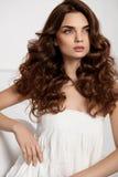 Красивая модель девушки с волнистым курчавым стилем причёсок Цвет волос Брайна Стоковая Фотография RF