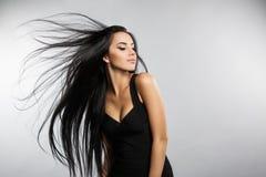Красивая модель девушки с летать волосы ветра Стоковое Изображение