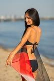 Красивая модель женщины в бикини на пляже стоковое фото