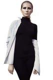 Красивая модель женщины в черноте с закоптелый представлять глаз изолированная на белой предпосылке стоковое фото