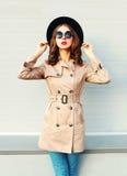 Красивая модель женщины нося солнечные очки черной шляпы моды покрывают над серым цветом Стоковое Изображение RF