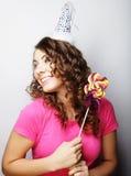 Красивая модель женщины партии с леденцом на палочке Стоковое Изображение RF