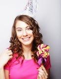 Красивая модель женщины партии с леденцом на палочке Стоковое Изображение