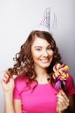 Красивая модель женщины партии с леденцом на палочке Стоковое фото RF