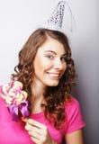 Красивая модель женщины партии с леденцом на палочке Стоковые Изображения