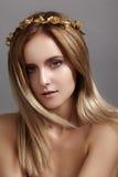 Красивая модель молодой женщины с волосами света летания Кожа красоты чистая, состав моды Стиль причёсок, haircare, состав стоковое фото rf