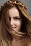 Красивая модель молодой женщины с волосами света летания Кожа красоты чистая, состав моды Стиль причёсок, haircare, состав стоковая фотография rf