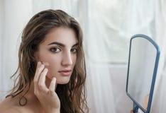 Красивая модель с влажными волосами в полотенце после применяться ливня Стоковые Фотографии RF