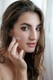 Красивая модель с влажными волосами в полотенце после применяться ливня Стоковые Фото