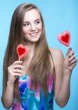 Красивая модель с леденцами на палочке в форме сердца стоковые изображения rf