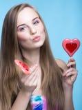 Красивая модель с леденцами на палочке в форме сердца стоковые фотографии rf