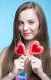 Красивая модель с леденцами на палочке в форме сердца стоковое фото rf