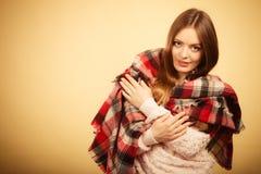 Красивая модель с одеждами зимы Стоковое Изображение