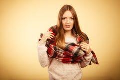 Красивая модель с одеждами зимы Стоковые Изображения RF