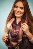 Красивая модель с одеждами зимы Стоковые Изображения