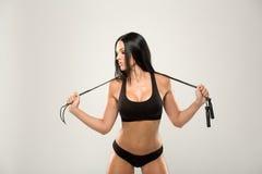 Красивая модель фитнеса на серой предпосылке Стоковое фото RF