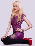 Красивая модная белокурая девушка в платье Стоковые Изображения RF