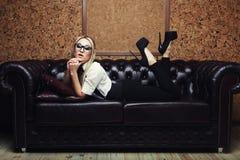Красивая модная женщина в интерьере Стоковые Изображения