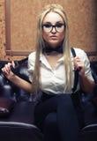 Красивая модная женщина в интерьере Стоковое Фото