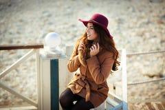 Красивая модная женщина в представлять шляпы и пальто стоковые изображения